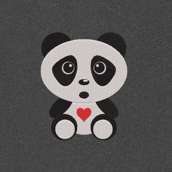 panda bebê fofo. Projeto do bordado de máquina de um panda adorável do bebê com coração vermelho pequeno bonito. 10 x 10/20 x 20 quadros. Formatos de arquivo PES, CSD, EXP, HUS, SHV, VIP, XXX, DST, PCS, JEF, VP3, EMB ... Download imediato após o seu pagamento.