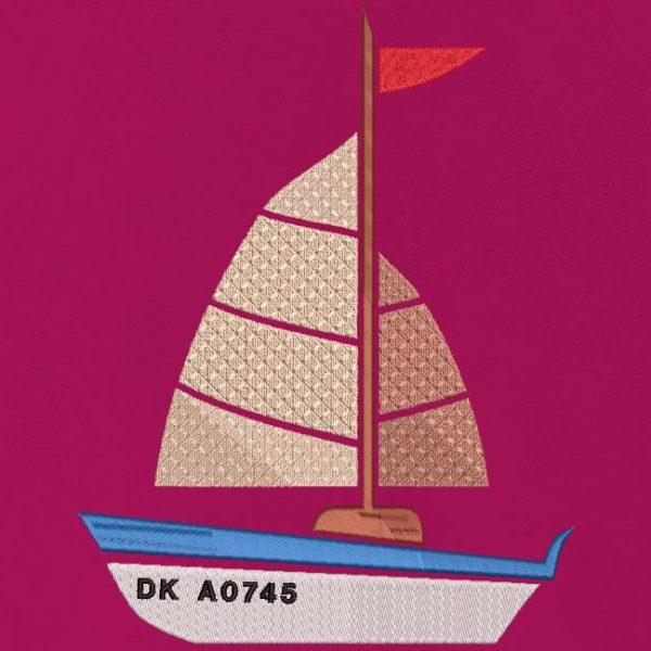 """meu pequeno veleiro. Design de bordados à máquina, meu pequeno veleiro, barco de recreio com seu registro que começa com """"DK"""", que é o código para barcos vindos de Dunquerque. quadro 10 x 10 / 13x 18/20 x 20/30 x 20. Formatos de arquivo PES, CSD, EXP, HUS, SHV, VIP, XXX, DST, PCS, JEF, VP3, EMB ... Download imediato após o seu pagamento."""