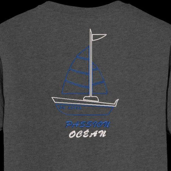 Paixão pelo oceano. Desenho de bordado à máquina de um bonito barco à vela com os escritos do oceano da paixão. Ideal em uma camiseta para ir à praia. quadro 10 x 10/13 x 18/20 x 30. Formatos de arquivo PES, CSD, EXP, HUS, SHV, VIP, XXX, DST, PCS, JEF, VP3, EMB ... Download imediato após o pagamento.